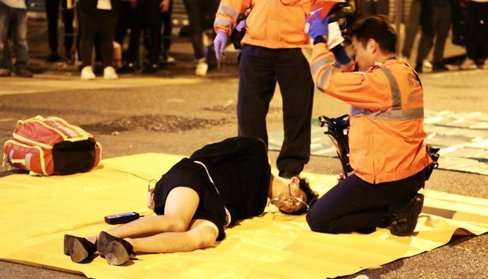 3 chiếc xe của cảnh sát Hồng Kông tại Yau Ma Tei đã tăng tốc lao vào đám đông người biểu tình, gây ra thảm kịch xe cán người, khiến hơn 30 người bị thương