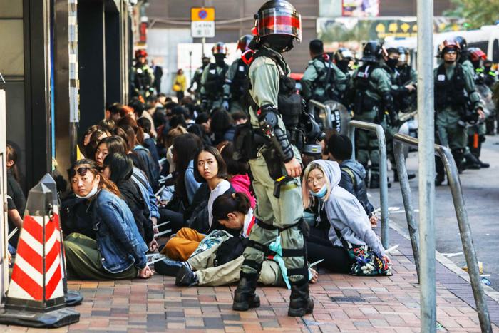 Những người biểu tình bị cảnh sát bắt giữ bên ngoài trường đại học Bách Khoa hôm 18/11.