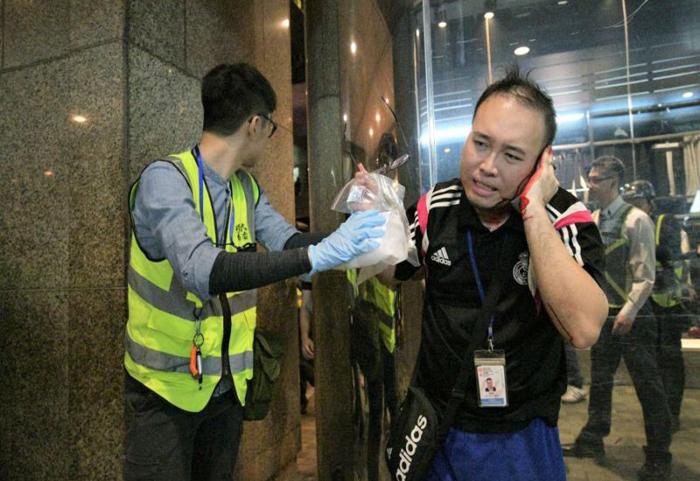 Người triệu tập của đảng Dân chủ Động lực Triệu Gia Hiền tiến vào can ngăn thì bị hung đồ cắn mất vành tai trái.