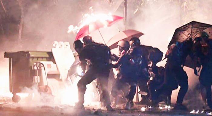 """Sinh viên Đại học Trung Văn Hồng Kông cùng nhau hô lớn """"Đại học Trung văn là nhà của chúng tôi"""" để từ chối cảnh sát tiến vào. Cảnh sát đã bắn nhiều đạn hơi cay và đạn cao su về phía sinh viên."""