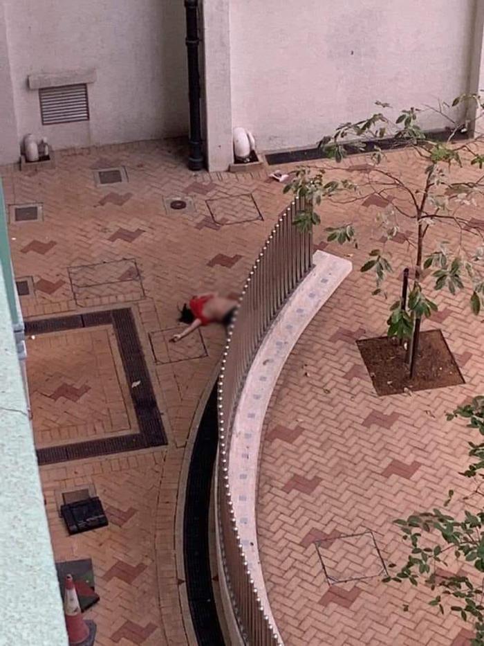 """Khu chung cư Thiên Hằng (Tian Heng) ở Tin Shui Wai, nơi xuất hiện người """"nhảy lầu"""", nhwung mặt đất không một giọt máu."""
