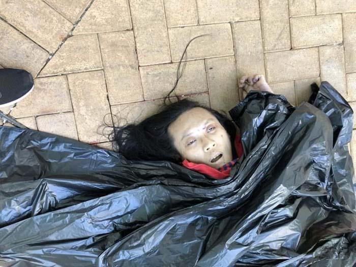 Bức ảnh chính diện cho thấy, mắt miệng của người chết mở ra, phần mặt tái nhợt không chút máu, nghi ngờ là đã tử vong từ rất lâu.