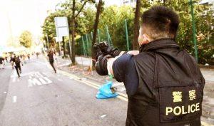 Cảnh sát Hồng Kông nhắm súng bắn vào người biểu tình.
