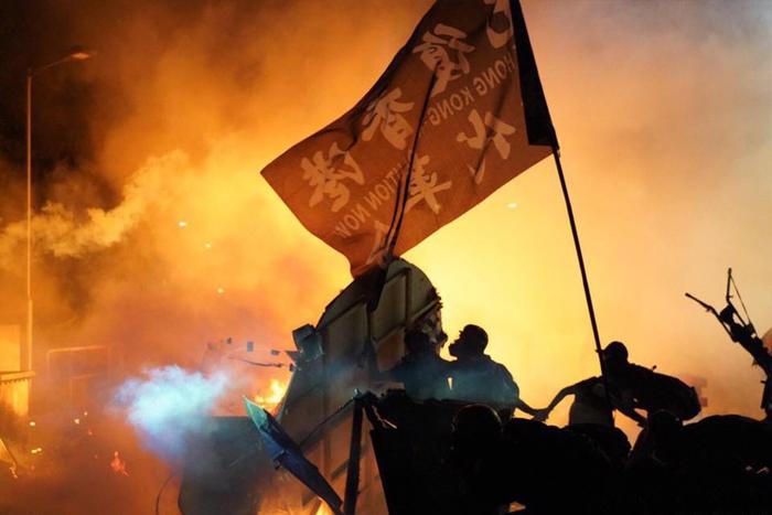 Cảnh sát Hồng Kông liên tục bắn bom cay về phía người biểu tình trong khu vực trường Đại học Trung văn hôm 11/11.