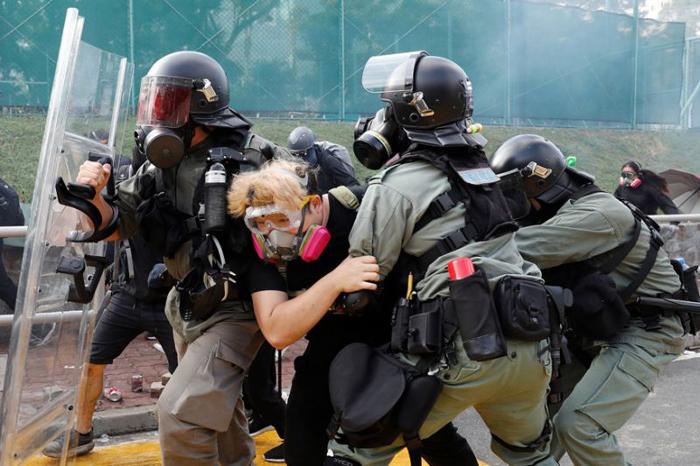 Cảnh sát Hồng Kông bắt người biểu tình trong quá trình tấn công Đại học Trung Văn.