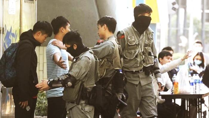 Cảnh sát khám xét và đăng ký những người ra đầu hàng.