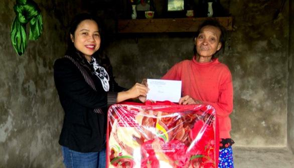Bà Hương được huyện Bố Trạch tặng quà động viên sau hành động xin ra khỏi hộ nghèo.