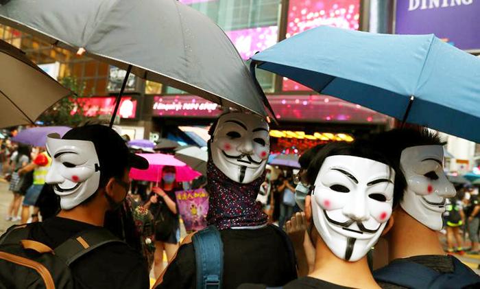 Một nhóm người đeo mặt nạ trong cuộc biểu tình ở quận Causeway Bay ngày 6/10 bất chấp lệnh cấm của chính quyền.
