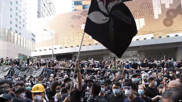 Hàng triệu người dân đã nhiều lần bày tỏ ý kiến của họ một cách hòa bình, nhưng mà chính phủ lại đối xử vô cùng hung bạo với người biểu tình. (Ảnh qua deseret)