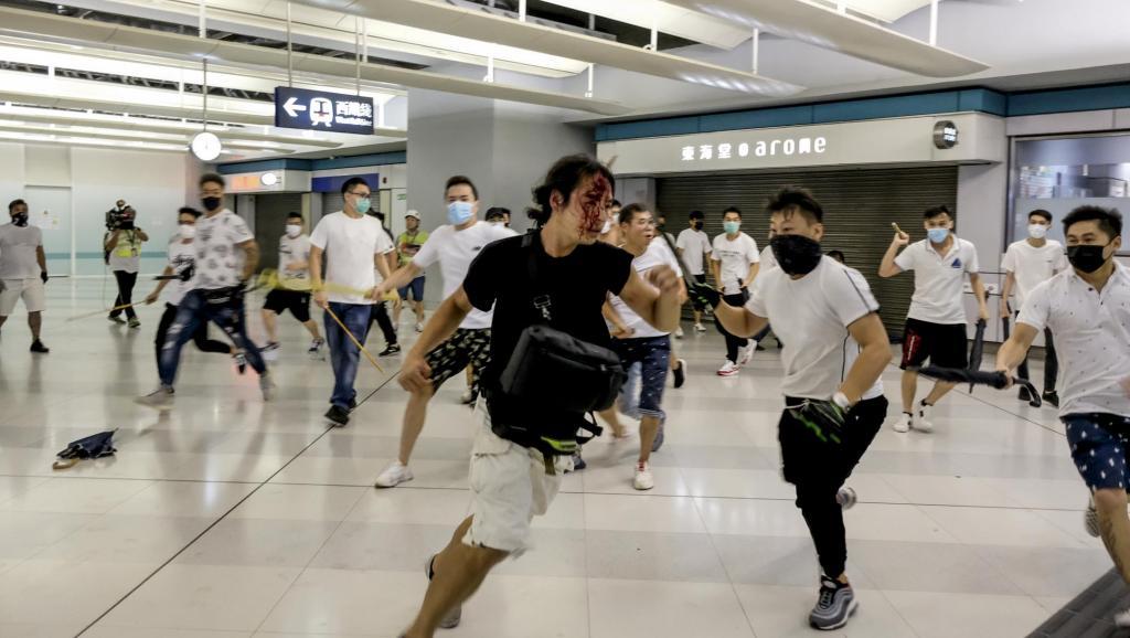Nhóm côn đồ áo trắng tấn công người biểu tình ở nhà ga Nguyên Lãng vào ngày 21/7, cảnh sát Hồng Kông đã chứng kiến nhưng không có hành động gì. (Ảnh qua rfa)