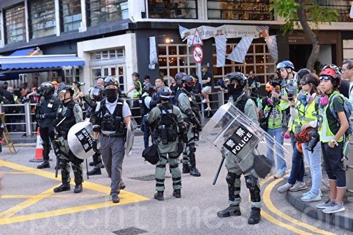 Hình ảnh cảnh sát chống bạo động xông vào Công viên Victoria.
