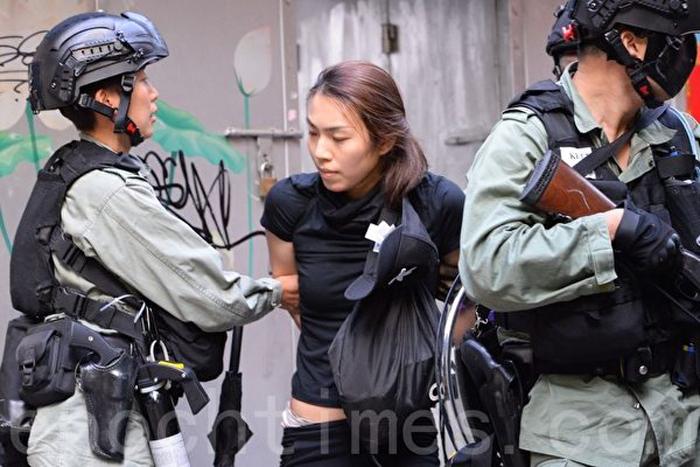 Cảnh sát bắt giữ một người nữ.