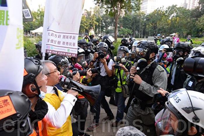 Ngày 2/11/2019, hơn 100 ứng cử viên vào Hội đồng quận đã tổ chức tập trung cử tri hợp pháp tại Công viên Victoria. Hình ảnh ứng cử viên đối đầu với cảnh sát.