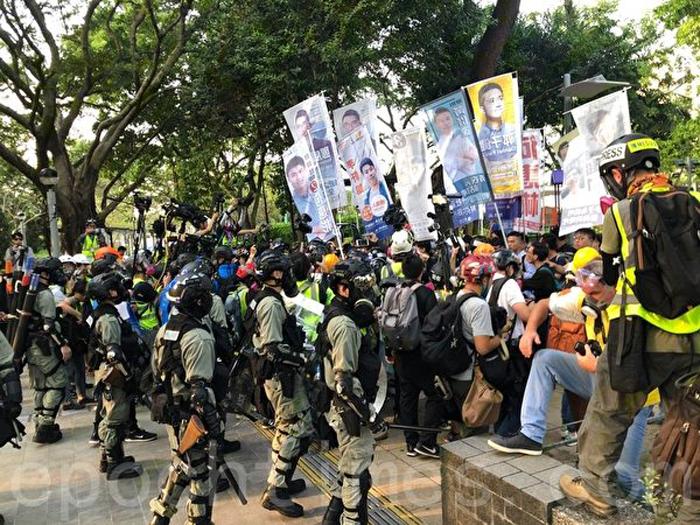 """Ngày 2/11/2019, người Hồng Kông tham gia mít tinh tại Công viên Victoria với chủ đề """"Cừu cứu quốc tế 112, Kiên trì giữ vững tự do"""", có 3 ứng cử viên vào tranh cử vào Hội đồng các khu vực bị cảnh sát bắt."""