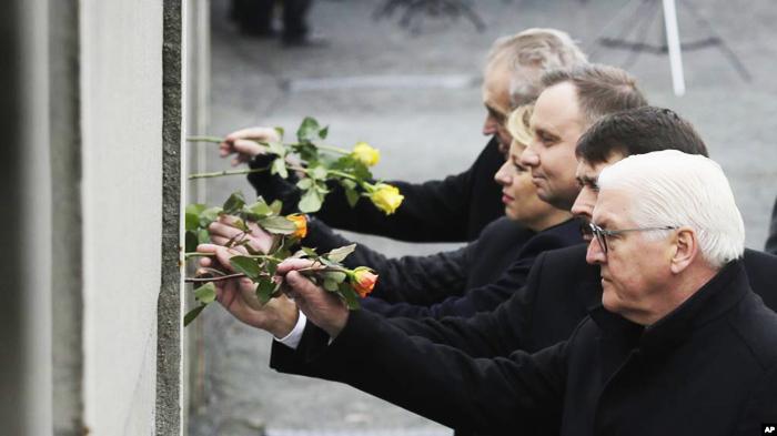 Từ phải qua, Tổng thống Frank-Walter Steinmeier của Đức, Janos Ader của Hungary, Andrzej Duda của Ba Lan, Zuzana Caputova của Slovakia và Milos Zeman của Cộng hòa Czech Republic, cắm hoa vào kẻ hở trên Bức tường Berlin, ngày 9 /11/2019.
