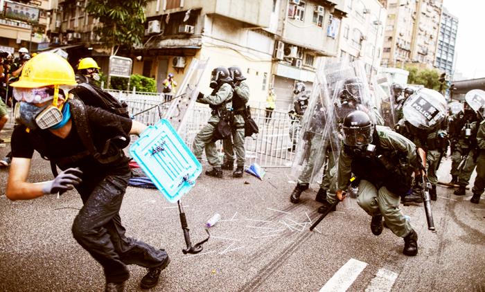Cảnh sát Hồng Kông đánh đập và bắt giữ người biểu tình ở trên đường.