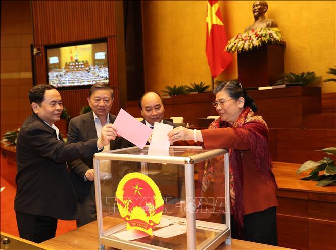 Các ĐBQH bỏ phiếu miễn nhiệm Chủ nhiệm UB Pháp luật của QH khoá XIV và phê chuẩn việc miễn nhiệm Bộ trưởng Y tế.
