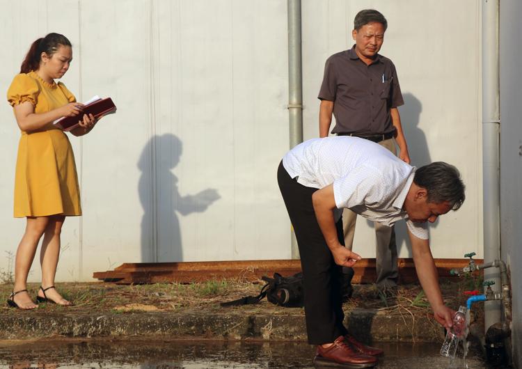 Cán bộ Trung tâm kiểm soát bệnh tật (Sở Y tế Hà Nội) lấy mẫu nước để kiểm tra ngày 11/10. (Ảnh qua vnexpress)