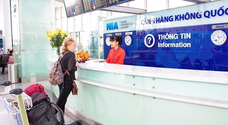 Quầy giải đáp thông tin phục vụ hành khách tại nhà ga hành khách quốc tế (T2) sân bay Nội Bài. (Ảnh qua pinterest)