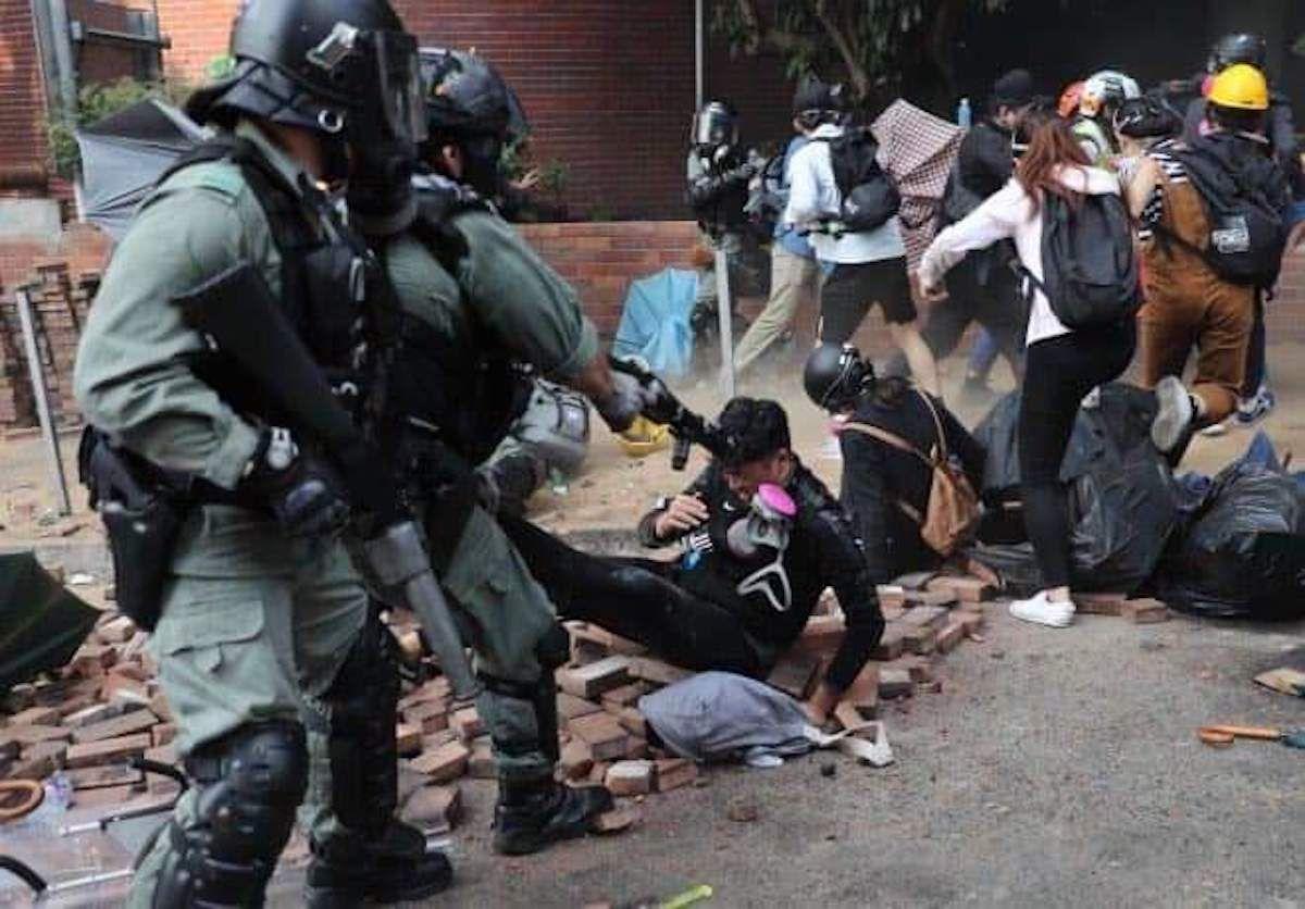 Nhân viên cấp cứu: Trường đại học Bách Khoa Hồng Kông đáng sợ như địa ngục (ảnh 2)