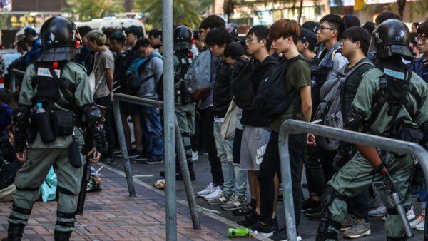 Truyền thông Anh: Nghi ngờ người biểu tình Hồng Kông bị áp giải đến các trại tập trung ở Đại lục (ảnh 1)