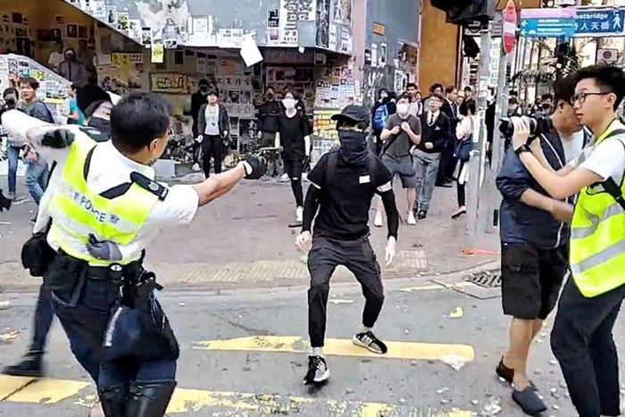 Cảnh sát Hong Kong bắn vào ngực một người biểu tình ở Hồng Kông ngày 11/11.