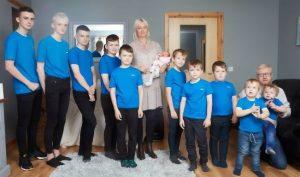 Cặp đôi chào đón con gái đầu lòng sau khi đã sinh… 10 cậu con trai