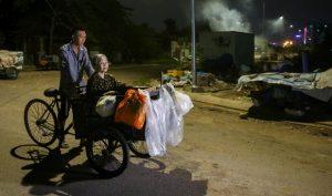 Chàng trai hiếu thảo chở theo mẹ già đi nhặt ve chai hằng đêm