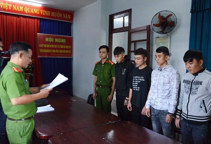 Công an đọc lệnh khởi tố, bắt tạm giam nhóm sinh viên đi cướp tài sản ở Đà Nẵng