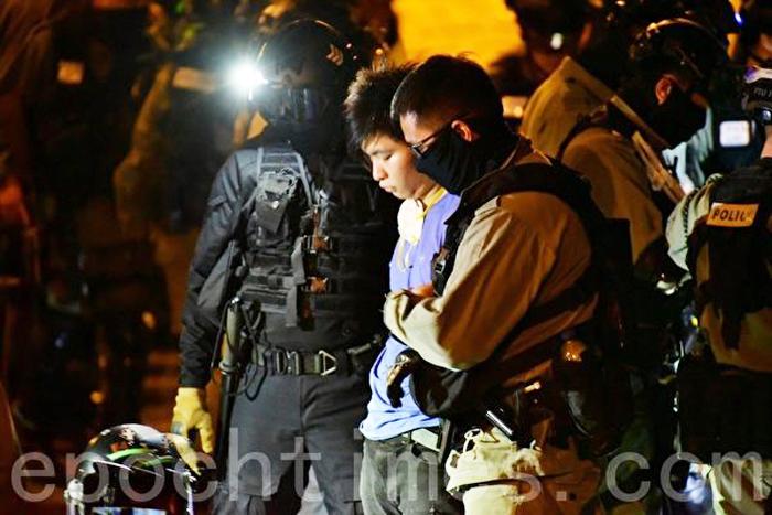 Rất nhiều người đã bị cảnh sát Hồng Kông bắt giữ ngay khi vừa ra khỏi trường.