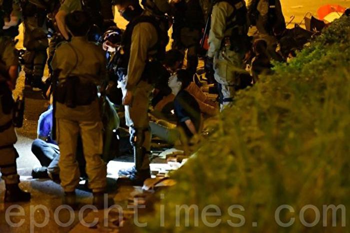 Ngày 19/11/2019, nhân viên cứu thương rời PolyU Hồng Kông nhưng đã bị cảnh sát bắt giữ. Hình ảnh cho thấy rất nhiều người bị bắt