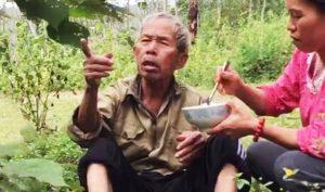 Nghệ An: Kiệt sức vì đi lạc, cụ ông 80 tuổi được 2 mẹ con bưng cơm ra mời