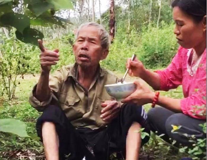 Cụ ông đi lạc đói lả được người dân địa phương bón cơm.