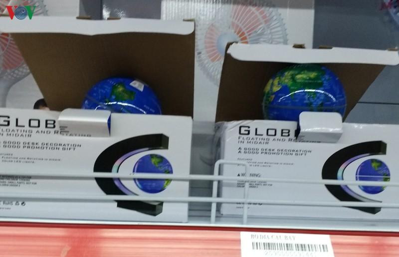 Phát hiện siêu thị U Mart bày bán đèn trang trí có hình đường lưỡi bò. (Ảnh qua VOV)