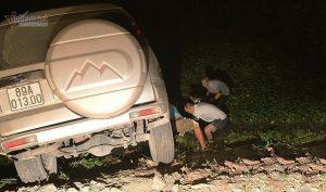 Hà Nam: Đi theo biển chỉ dẫn, xe Ford Everest lao thẳng xuống ao rau muống