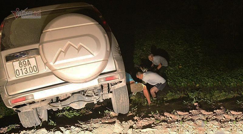 Đi theo biển chỉ dẫn, xe Ford Everest lao thẳng xuống ao ở Hà Nam.