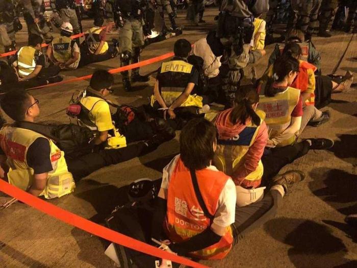 Nhân viên tình nguyện cứu hộ của trường đã bị bắt, không có đầy đủ các đồ dùng để điều trị cho người bị thương.
