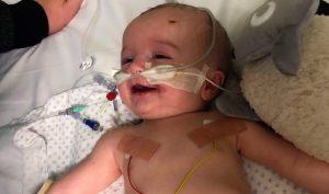 Em bé 14 tuần tuổi nhoẻn miệng cười với bố sau 5 ngày hôn mê