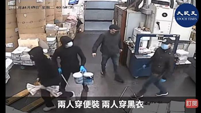 """4 kẻ phóng hỏa đều bịt mặt, mặc đồ đen như những thanh niên biểu tình tuyến đầu (phái """"vũ dũng"""") nhưng lại cầm đoản côn của cảnh sát."""