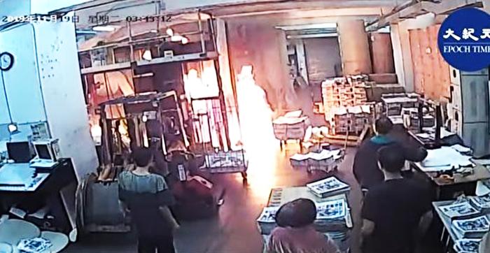 Xưởng in ấn của báo Epoch Times Hồng Kông bị một nhóm côn đồ đột kích tạt xăng phóng hỏa.