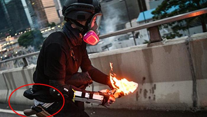 Ngày 31/8, một người nam giới ăn mặc giống như người biểu tình chuẩn bị ném bom xăng, nhưng ở phần eo của người này lại để lộ ra súng ngắn giống như của cảnh sát Hồng Kông.