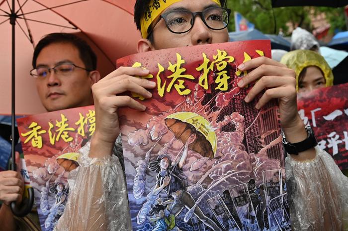 Một người biểu tình ở Đài Loan cầm hình ảnh kêu gọi dân chủ cho Hồng Kông.