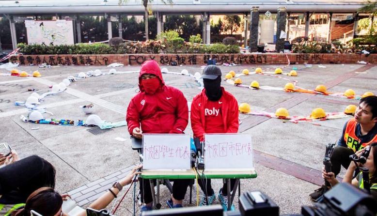 Vào ngày 24/11, hai người biểu tình còn lưu lại trong PolyU đã đại diện trả lời phỏng vấn của truyền thông.