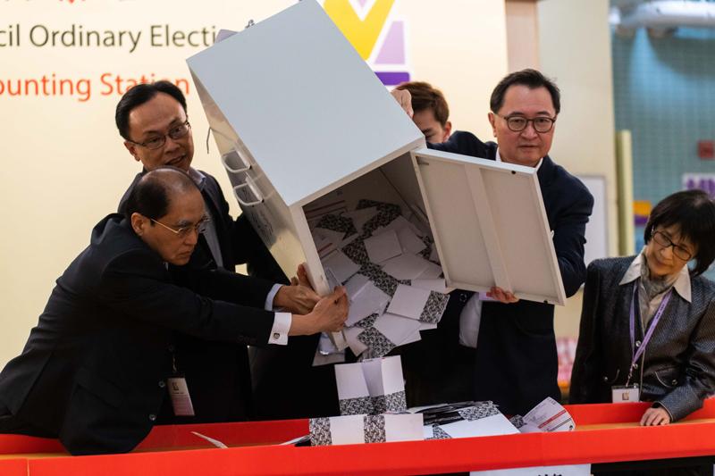 Kết quả kiểm phiếu sáng 25/11 cho thấy các đảng có lập trường thân chính quyền đánh mất lợi thế đa số ở hội đồng lập pháp các quận của Hong Kong