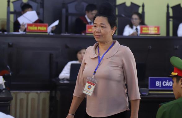 Bà Lò Thị Trường tại phiên toà khai đã cảm ơn 300 triệu đồng cho Lò Văn Huynh để 'nước nôi'. (Ảnh qua laodong)