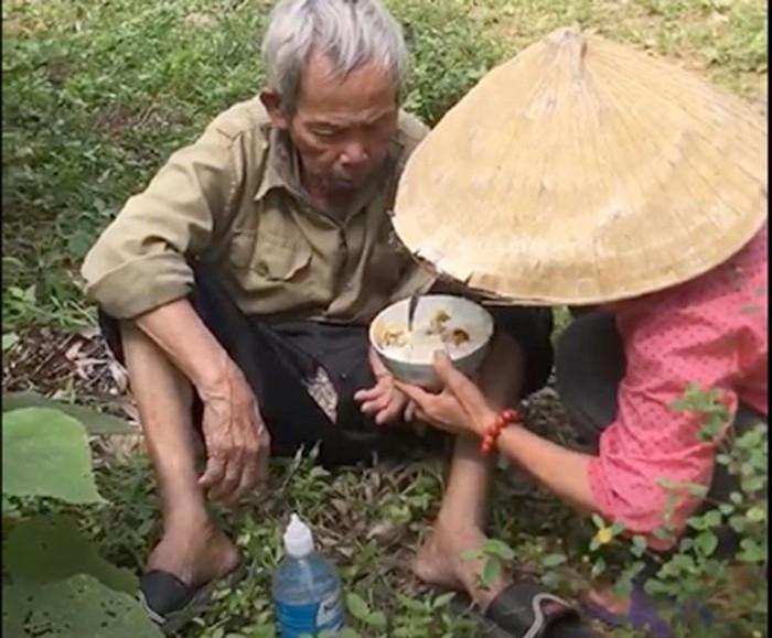 Hình ảnh người phụ nữ chăm sóc, đút cơm cho cụ ông khiến nhiều người xúc động. (Ảnh cắt từ video).