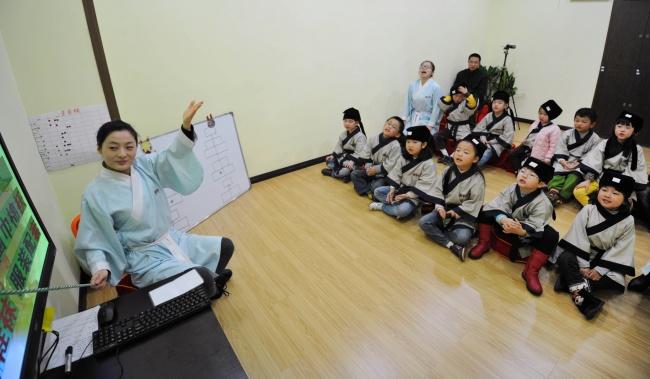 Học sinh Trung Quốc mặc cổ trang khi học văn hóa.