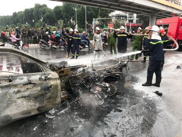 Ôtô và xe máy bị thiêu rụi, trơ khung.