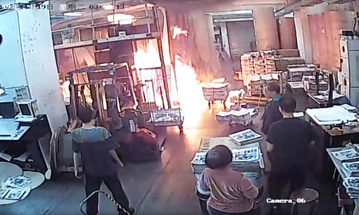Nhà in của báo Epoch Times HK bị một nhóm côn đồ vào phóng hỏa.