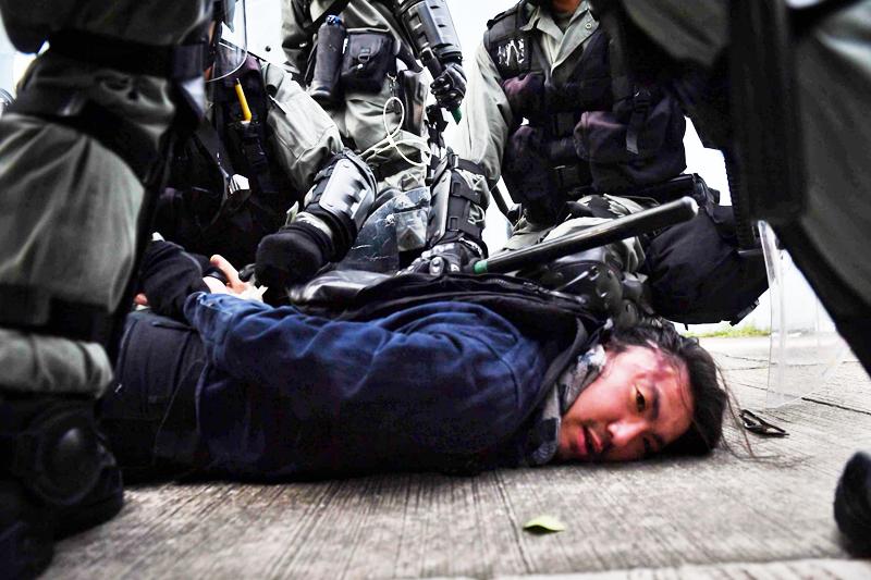 Người biểu tình Hồng Kông bị cảnh sát trấn áp một cách vô nhân đạo.